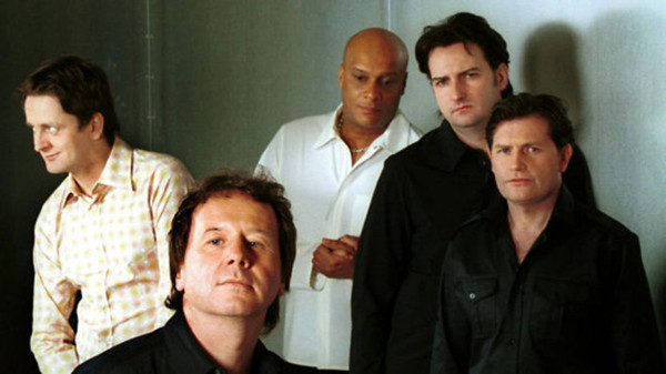 Simple Minds ca. 2002: L-R: Eddie Duffy, Jim Kerr, Mel Gaynor, Andy Gillespie, Charlie Burchill